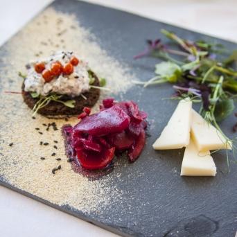 Ööbikuoru Villa restoran Andreas Seenesalat leevä pääl hapatadu vereväst peedist salati ja Kolotsi kitsekeesiga Seenesalat mustal leival, hapendatud punapeedisalati ja Kolotsi kitsejuustuga