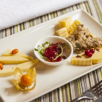 Kubija hotell-loodussspaa Korgemäe talo keesivalik, man krehvtine tsurgahus ja siimnenäps Kõrgemäe talu juustuvalik vürtsise kastme ja seemnete krõbinaga
